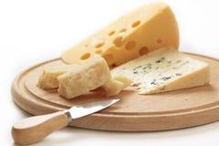 Quesos en una tarjeta del queso Foto de archivo libre de regalías