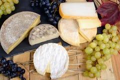 Quesos franceses con las uvas Imagen de archivo libre de regalías