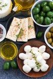 Quesos - mozzarella, queso feta y salmueras, visión superior Foto de archivo libre de regalías