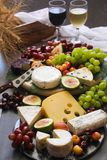 Quesos vino y exhibición de las frutas imágenes de archivo libres de regalías