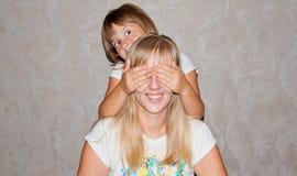 Quess de jeu de mère et de fille qui Images stock