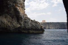 Questa bella scena del mare è contenuta una caverna fuori dalla costa di Malta fotografia stock