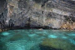 Questa bella scena del mare è contenuta una caverna fuori dalla costa di Malta immagini stock