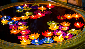 Questa immagine è circa la candela del fiore, Tailandia Fotografia Stock