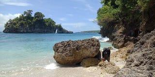 Questa spiaggia di pietra di Canggu, il viaggiatore non solo può testimoniare l'esistenza di un tempio unico inoltre ha un'area p fotografia stock