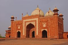 Questa struttura arancio di colore è la costruzione periferica nel complesso di Taj Mahal, Agra India fotografia stock