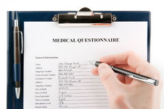 Questionário médico preenchido com uma mão Foto de Stock