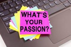 Question d'écriture ce qui est votre texte de passion fait en plan rapproché de bureau sur le clavier d'ordinateur portable Conce Photos libres de droits