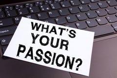 Question d'écriture ce qui est votre texte de passion fait en plan rapproché de bureau sur le clavier d'ordinateur portable Conce Photographie stock