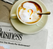 Question de café et actualités de retraite Photos libres de droits