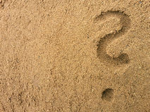 Questionmark in het zand Stock Foto