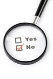Questionnaire et loupe Images stock