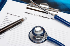 Questionnaire médical avec le stéthoscope Photographie stock libre de droits