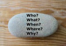 5 questions de W sur la pierre - qui ? , ce qui ? quand ? , où ? , pourquoi ? - Photographie stock libre de droits