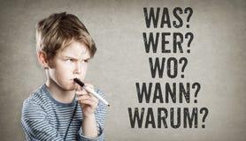Questions 5W allemandes, ce qui, qui, où, quand, pourquoi, garçon sur le grunge Images libres de droits