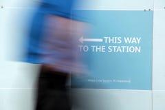 Questo modo alla stazione Fotografie Stock