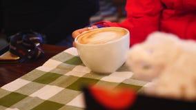 Questo video è circa la ragazza sta tenendo una tazza di caffè caldo in un caffè archivi video