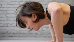 Questo video ? bella donna circa atletica fa Spinta-UPS come componente della sua forma fisica trasversale, routine di addestrame stock footage