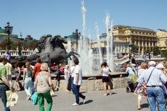 questrian фонтан статуи на летнем дне жары квадрата театра стоковое изображение