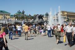 Questrian statuy fontanna przy teatru kwadrata latem Obraz Stock