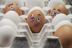 Quetschung unter dem Auge nach einem Kampf Lustige Zeichnungen auf Eiern lizenzfreies stockfoto