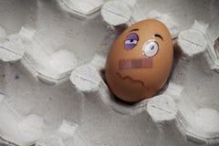 Quetschung unter dem Auge nach einem Kampf Lustige Zeichnungen auf Eiern stockfotos