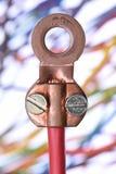 Quetschverbinden Sie Anschluss mit blured elektrischen Kabeln im Hintergrund lizenzfreies stockfoto