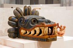 Quetzalcoatl huvud i ett museum royaltyfria foton