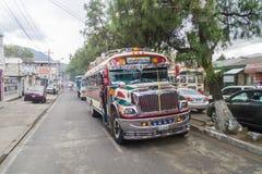 QUETZALTENANGO, GUATEMALA - MAART 21, 2016: Kleurrijke kippenbussen, vroegere de schoolbussen van de V.S., rit in Quetzaltenango  stock fotografie