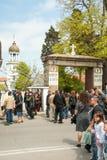 Queue прихожане к монастырю в дне St. George в Pomorie, Болгарии Стоковое Изображение