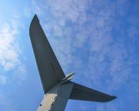 Queue d'un avion contre le ciel bleu Photos libres de droits