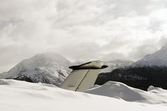 Queue d'un jet privé dans la neige à l'aéroport de St Moritz Switzerland en hiver Image libre de droits