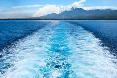 Queue de bateau de mer et paysage d'île Voyage tropical de ferry d'îles Traînée d'eau de mer de Cruiseliner Photographie stock libre de droits