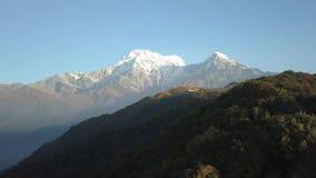 Queue de poisson de montagne de Machapuchare dans la chaîne Népal de l'Himalaya de l'air 4K clips vidéos