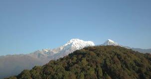 Queue de poisson de montagne de Machapuchare dans la chaîne Népal de l'Himalaya de l'air 4K banque de vidéos