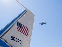 Queue, drapeau des USA et nombre d'armée de l'air un avion avec le passager Photographie stock libre de droits
