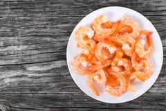 Queues bouillies des crevettes de roi sur un plat blanc photographie stock libre de droits