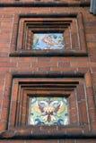 Queues colorées sur la façade d'Alexander Nevsky Chapel dans Yaroslavl photographie stock libre de droits