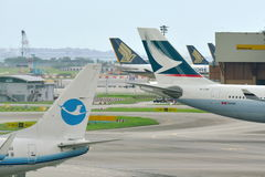 Queues de Cathay Pacific Airbus 330 et de Xiamen Airlines Boeing 737-800 Photographie stock