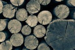 Queues des poutres rondes en bois photos stock