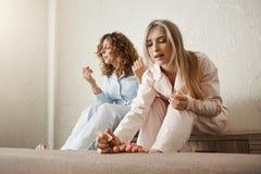 Qui a besoin des salons de beauté quand vous pouvez faire un à la maison Portrait de deux meilleurs amis s'asseyant dans la chamb Photos stock