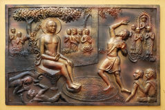 Qui creuse des chutes d'un fossé dans lui Gosalaka lance Tejolesya - la flamme ardente pour brûler Mahavira mais lui lui-même est photos libres de droits