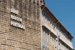 Qui erano le lettere nate del Portogallo sulla parete, centro storico del G immagini stock