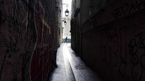 Qui Peche, la rue la plus étroite de Rue du Chat à Paris banque de vidéos