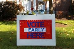 QUI segno e seggio elettorale IN ANTICIPO di VOTO fotografia stock libera da diritti