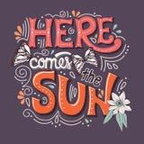 Qui viene l'insegna di tipografia del sole con le farfalle, i fiori ed i turbinii illustrazione di stock