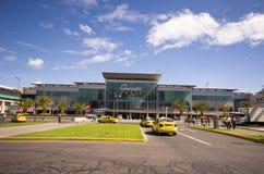 Quicentro-Einkaufszentrum, wie von der Allee gesehen Stockfotos