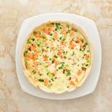 Quiche avec des saumons - plat français traditionnel image stock