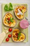 Quiche avec du fromage et des tomates-cerises Photos stock