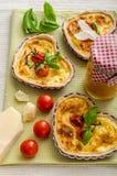 Quiche avec du fromage et des tomates-cerises Photographie stock libre de droits